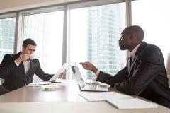Czarny pieniężny konsultant opowiada z inwestorem zdjęcie royalty free