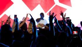 Czarny piosenkarz Akon na scenie z fan Zdjęcie Stock