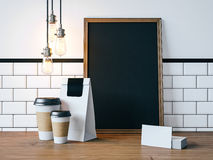 Czarny plakat na stole z pustymi białymi elementami Fotografia Stock