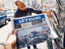 Czarny pochodzenie etniczne mężczyzna kupuje prasowego reportażu przekazania ceremonii presja Fotografia Royalty Free