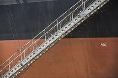 Czarny pomarańczowy ruda żelaza przewoźnik z opuszczonym gangway Obrazy Royalty Free