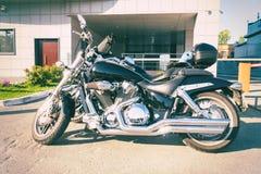 Czarny potężny motocykl w parking obraz royalty free