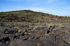 Czarny powulkaniczny krajobraz: Żużlu rożek otaczał pahoehoe i ` ` lawowi przepływy Obraz Stock