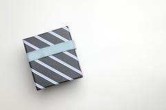 Czarny prezenta pudełko z faborku i niebieskich linii wierzchołkiem Zdjęcie Royalty Free