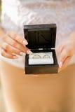 Czarny pudełko dla obrączek ślubnych z nowożeńcy Zdjęcie Stock