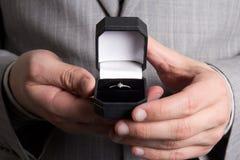 Czarny pudełko z złotym pierścionkiem Fotografia Royalty Free