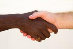 czarny ręki potrząśnięcia biel Fotografia Stock