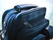 Czarny rzemienny bagaż z suwaczkami i rękojeścią fotografia stock