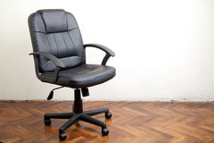 Czarny rzemienny biurowy krzesło zdjęcie royalty free