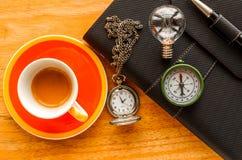 czarny rzemienny organizator z kluczowym i kieszeniowym zegarkiem obraz stock