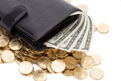 Czarny rzemienny portfel z dolarami i złotymi monetami na bielu Obraz Royalty Free