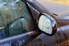 Czarny samochód Mokry rosa, serce Rysujący Na Skrzydłowym lustrze Obraz Stock