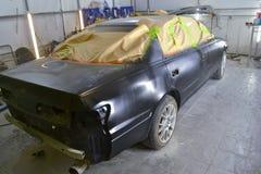Czarny samochód w ciele sedan po obrazu bo obrazy stock