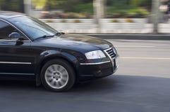 Czarny samochodowy jeżdżenie. Obrazy Royalty Free