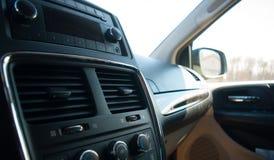 Czarny samochodowy wnętrze z radiowym i rękawiczkowym przedziałem zdjęcia stock