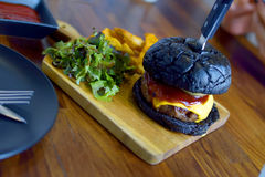 Czarny serowy hamburger Zdjęcie Royalty Free