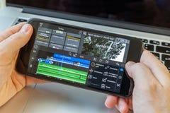 Czarny smartphone w r?ce Na ekranie wideo edytorstwo program zdjęcia royalty free