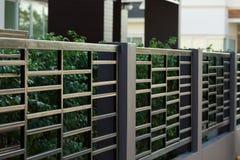 Czarny stali ogrodzenie mieszkaniowy domowy nowożytny Fotografia Royalty Free