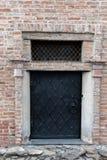 Czarny stary metalu drzwi z żelazo klucza kędziorkiem Zdjęcia Royalty Free