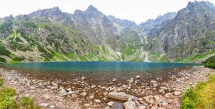 Czarny Staw fröskidaRysami sjö, Tatra berg, Polen Royaltyfria Bilder