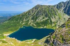 Czarny Staw Gasienicowy de la montaña de Koscielec. Foto de archivo libre de regalías