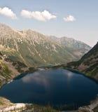 Czarny Staw och Morskie Oko sjö i Tatry berg Royaltyfri Foto