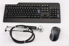Czarny stetoskop, komputer osobisty mysz, klawiatura na białym tle, student medycyny Zdjęcia Stock