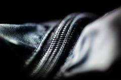 Czarny suwaczek na kurtce w zmroku świetle w niskim kluczu w makro-, zakończenie up zdjęcia royalty free