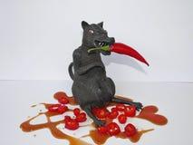 Czarny szczur z czerwonym chili i ketchupem odizolowywającymi na białym tle, Obraz Royalty Free