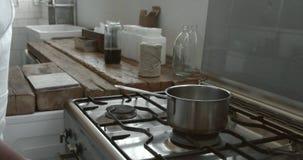 Czarny szef kuchni iść kuchenka stawiać nieckę ogrzewać zbiory