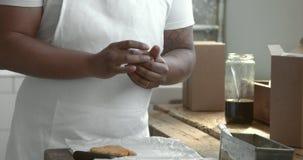 Czarny szef kuchni robi ciasto piłce zbiory