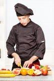 czarny szef kuchni rozcięcia owoc mundur Obrazy Royalty Free