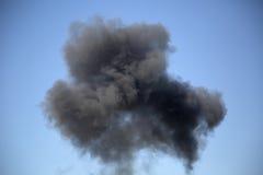 Czarny sztuczny dym w niebieskim niebie Obrazy Royalty Free