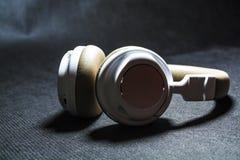 Czarny tło Duże słuchawki dla słuchać muzyka Biel i beżowy kolor skóra nowożytne technologie Przenośny wyposażenie obraz royalty free