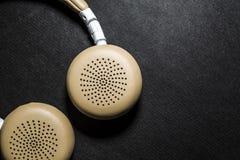 Czarny tło Duże słuchawki dla słuchać muzyka Biel i beżowy kolor skóra nowożytne technologie Przenośny wyposażenie zdjęcia stock