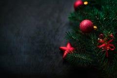 Czarny tło z sosną i boże narodzenie zabawkami Nowy Rok Karciany w Obrazy Stock