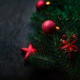 Czarny tło z sosną i boże narodzenie zabawkami Nowy Rok Karciany w Fotografia Royalty Free
