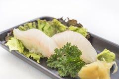 Czarny talerz z białą rybą Nigiri obrazy royalty free