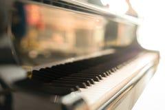 Czarny uroczysty pianino pianino klucz umieszczającego w hallroom ten wizerunek f Fotografia Stock