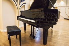 Czarny uroczysty pianino przy pustą sceną konserwatorium zdjęcia royalty free