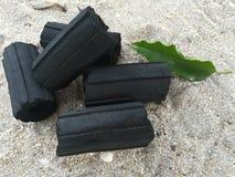 Czarny węgiel drzewny na piasku i władza ogień Zdjęcie Royalty Free
