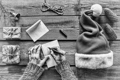 czarny white Poczęcie: Boże Narodzenia Robić boże narodzenie prezentom mężczyzna, pisze liście, kartka z pozdrowieniami, sezon wa Fotografia Royalty Free