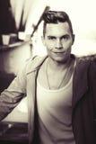 czarny wizerunku portreta rocznika biel Młody szczęśliwy mężczyzna modela fryzury patrzeć fotografia royalty free