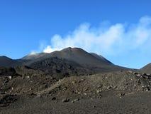 Czarny wulkan Etna i niebieskie niebo Fotografia Royalty Free