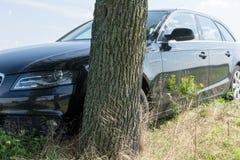 Czarny wypadek samochodowy uderza drzewa obraz royalty free