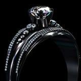 Czarny złocisty narzutu pierścionek zaręczynowy z diamentowym klejnotem Fotografia Royalty Free