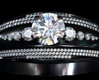 Czarny złocisty narzutu pierścionek zaręczynowy z diamentowym klejnotem Obrazy Royalty Free