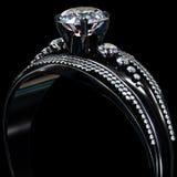 Czarny złocisty narzutu pierścionek zaręczynowy z diamentowym klejnotem Obraz Royalty Free