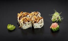 czarny zestaw strzały sushi Uramaki mak suszi rolki Zdjęcie Royalty Free