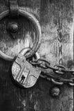 czarnych 6 zabezpieczają biały drewnianą drzwi Zdjęcie Royalty Free